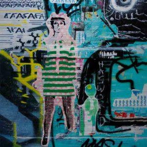 """London Streetart Graffiti. Es zeigt das Bild einer Frau mit einem Grün-Weiß gestreiften kurzen Kleid und einer Schwarz-Weiß karierten Strumpfhose Die Frau ist schlank und trägt einen Hut, sie könnte die Person """"Twiggy"""" darstellen. Im Hintergrund sind viele Graffiti Darstellungen in den verschiedensten Grüntönen, Schwarz und Weiß."""