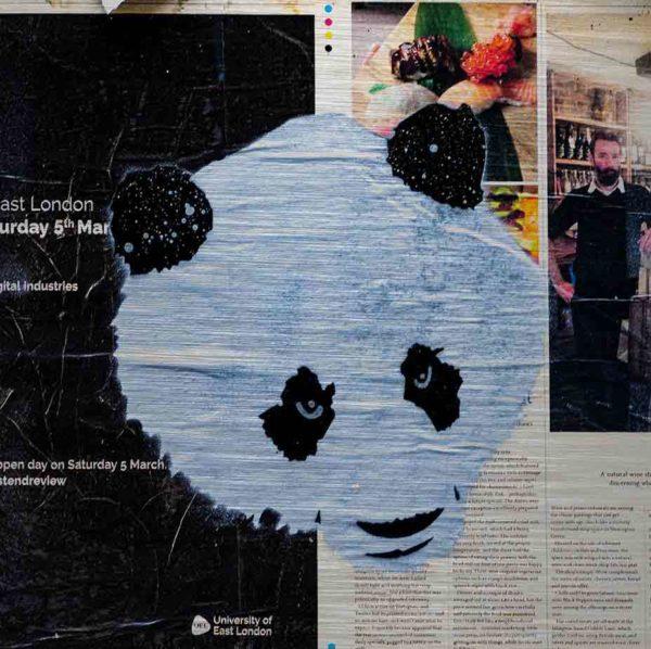 London Streetart Graffiti. Es zeigt das Bild eines Panda Kopfes in den Farben Schwarz und Weiß. Rechts im Hintergrund ist ein Zeitungsausschnitt mit dem Bild eines Mannes, Sushi auf einem grünen Blatt und einem Textteil mit schwarzer Schrift auf weißem Hintergrund. Links ist der Hintergrund Schwarz mit weißer Schrift. Der gesamte Hintergrund ist Teil einer Londoner Zeitung.