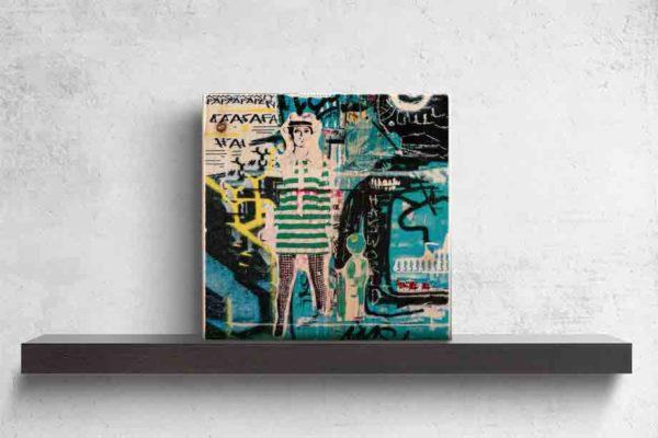 """London Streetart Graffiti. Es zeigt das Bild einer Frau mit einem Grün-Weiß gestreiften kurzen Kleid und einer Schwarz-Weiß karierten Strumpfhose Die Frau ist schlank und trägt einen Hut, sie könnte die Person """"Twiggy"""" darstellen. Im Hintergrund sind viele Graffiti Darstellungen in den verschiedensten Grüntönen, Schwarz und Weiß. Das Bild steht auf einem schwarzen Wandregal vor weißem Hintergrund."""