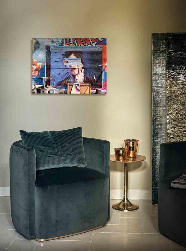 """London Streetart Graffiti. Es zeigt das provokante Bild eines Computerbildschirms auf dem eine Frau bis zur Schulter abgebildet ist, welche ihren Kopf auf einer Hand auflehnt und mit dem Mittelfinger noch oben zeigt. Über den Augen der Frau ist die EDV-Meldung """"ERROR"""". Im Hintergrund des Computerbildschirms ist eine bunte Graffitibacksteinwand. Im Vordergrund sind im unteren Bildteil verschiedene alte Möbelstücke. Das Bild ist bunt. Das Bild hängt an einer stylische eingerichteten Wohnzimmerwand."""