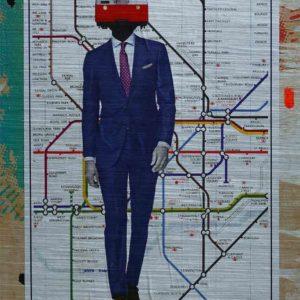 London Streetart Graffiti. Das Bild zeigt eine Londoner U-Bahn-Karte auf der ein Mann mit einem dunkelblauen Anzug abgebildet ist. Der Mann trägt ein weißes Hemd und eine Krawatte. Auf dem Hals des Mannes ist anstatt seines Kopfes, die Front eines U-Bahn Zuges abgebildet. Die U-Bahn hat die Farben Rot und Weiß. Um die U-Bahn-Karte ist noch ein Rand in den verschiedenen Beigetönen, Gelb, Orange und Türkis.