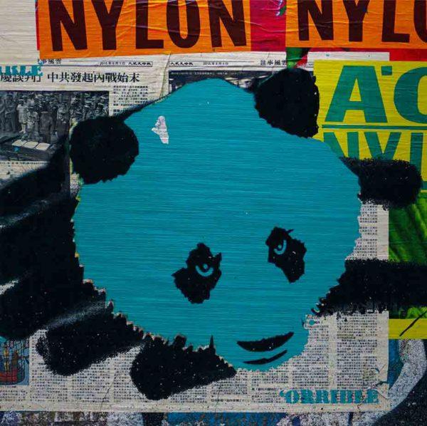 """London Streetart Graffiti. Es zeigt das Bild eines Panda Kopfes in den Farben Türkis und Schwarz. Rechts im Hintergrund ist ein Zeitungsausschnitt mit asiatischen Schriftzeichen. Weißer Hintergrund und Schwarze Schrift. Am oberen Bildrand ist ein Streifen Orange mit der Aufschrift """"Nylon"""". Am rechten Bildrand ist ein Teil in Neon Gelb mit Grünen Buchstaben."""