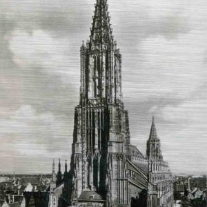 Das Bild zeigt eine historische Frontalaufnahme des Ulmer Münsters. Das Ulmer Münster ist eine im gotischen Baustil errichtete Kirche in Ulm. Es ist die größte evangelische Kirche Deutschlands. Der 1890 vollendete 161,53 Meter hohe Turm ist der höchste Kirchturm der Welt. Das Bild ist in den Farben Schwarz-Weiss.