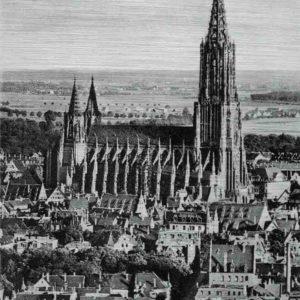 Das Bild zeigt eine komplette Seitenansicht des Ulmer Münsters aus größerer Entfernung. Das historische Bild aus weiterer Entfernung zeigt die komplette Kirche mit seinen Türmen umringt von den Häusern der Stadt. Das Bild ist in den Farben Schwarz-Weiss.