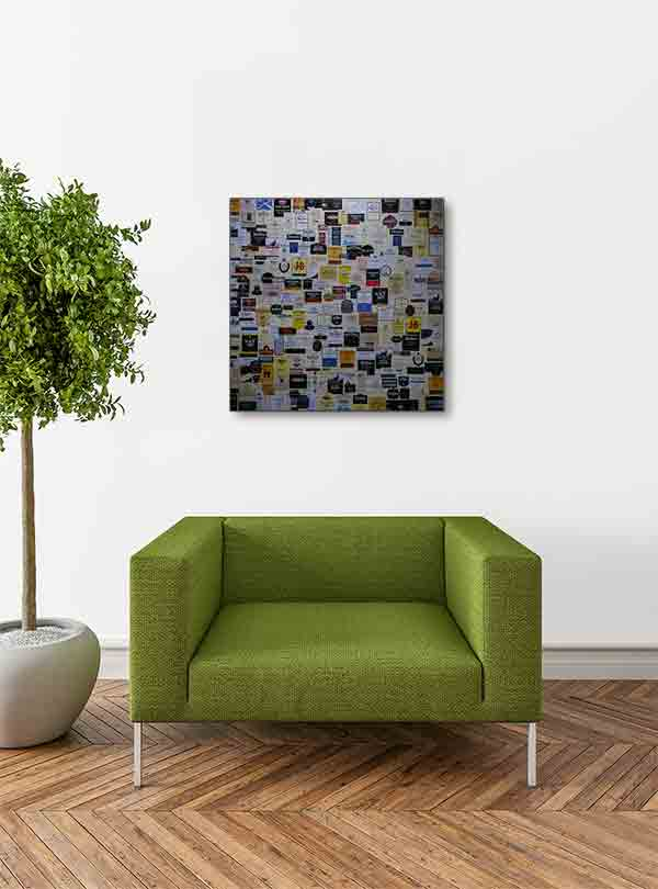 Schottland Edinburgh. Es zeigt das Bild von verschiedenen schottischen Whiskylabels, welche nebeneinander an einer Wand angebracht sind. Das Bild ist quadratisch und in Farbe. Das Alu Dibond Bild hängt an einer stylische eingerichteten Wohnzimmerwand.