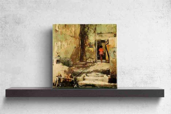 Havanna Frau Orange. Es zeigt das Bild einer jungen schlanke Frau, welche mit einem kurzen Kleid in den Farben Orange/Rot/Weiß gekleidet, in einem Hauseingang läuft. Es führen 3 Stufen zu einem Vorplatz vor dem Eingang. Dieser Vorplatz war früher wahrscheinlich selbst ein Haus und links neben dem Eingang steht ein großer Baum. Das Gebäude ist ziemlich verfallen. Die freistehenden Mauern sind in Grün-Gelb-Brauntönen und es ist eine offen verlegte Wasserleitung zu sehen. Links neben dem Eingang, durch den die Frau läuft, steht links die Zahl 461. Das Holzbild ist im Hochformat und steht und auf einem schwarzen Wandregal vor einem weißem Hintergrund.