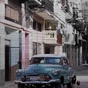 Havanna Oldtimer in Türkis. Es zeigt das Bild eines amerikanischen Oldtimers, der auf der Straße vor mehrstöckigen Stadthäusern in Havanna steht. Hinter dem Oldtimer sind 2 Hühner auf der Straße zu sehen. Der Oldtimer hat die Farbe Türkis und das Dach ist Weiß. An den Häusern habe einige Wohnungen einen Balkon und bei vielen Wohnungen ist am Balkon oder vor den Fenstern eine Wäscheleine, an der verschiedene Kleidungstücke hängen. Das Alu Dibond Bild ist im Hochformat