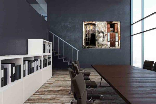 Havanna Graffiti Mädchen. Es zeigt das Bild einer Hauswand in Havanna, bei das gemalte Gesicht eines Mädchens zwischen 2 Türen abgebildet ist. Das Gesicht des Mädchens ist von der Seite abgebildet und es ist nur rechte Gesichtshälfte des Mädchens zu sehen. Die beiden Türen sind teilweise beschädigt und auch die Hauswand ist vom Verfall gezeichnet. Die Hauswand und die Türen sind in verschieden Braun- und Grautönen. Das Alu Dibond Bild ist im Querformat und hängt an einer stylischen eingerichteten Wohnzimmerwand.