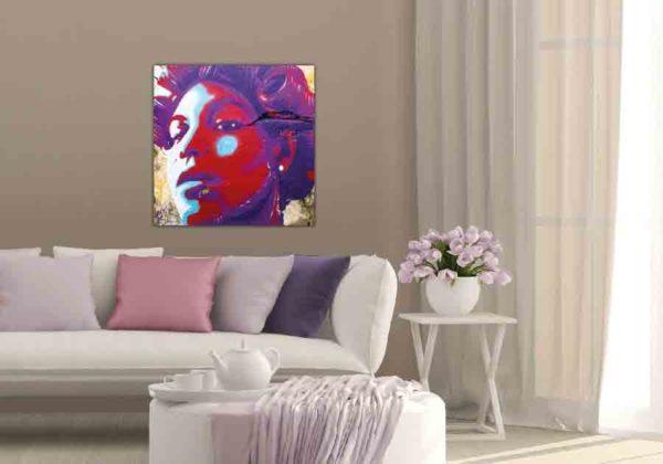 Havanna Graffiti Frau. Es zeigt das Bild eines Wandgraffitis bei dem der Kopf einer Frau abgebildet ist. Die Frau hat einen starken und stolzen Gesichtsausdruck. Der Kopf der Frau ist in den Farben Rot, Lila, Türkis und Weiss. Die Frau hat kurze Haare und in ihren Haaren sind Lockenwickler. Im Hintergrund sind noch Teile der Wand zu sehen, diese ist in den verschiedenen Brauntönen. Das Alu Dibond Bild ist quadratisch und hängt an einer stylischen eingerichteten Wohnzimmerwand.